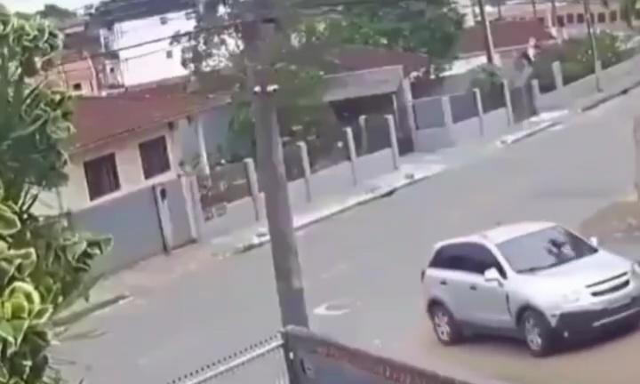 Ngeri, Viral Detik-detik Mobil Sedan Berhasil Hindari Tronton yang Berjalan Mundur!
