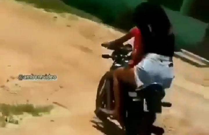 Parah, Gara-gara Ke-PD an 2 Cewek Nyungsep Saat Naik Motor di Depan Para Cowok! Malu?