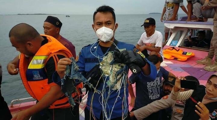 Warga Temukan Puing di Lokasi Hilangnya Pesawat Sriwijaya Air
