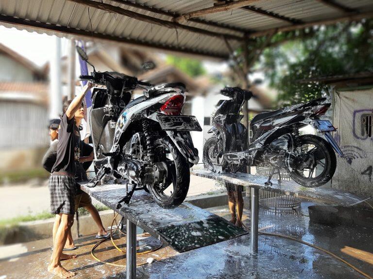 Beda Dari yang Lain, Cara Mencuci Motor Ini Bikin Pelanggan Resah! Ada yang Mau Coba?