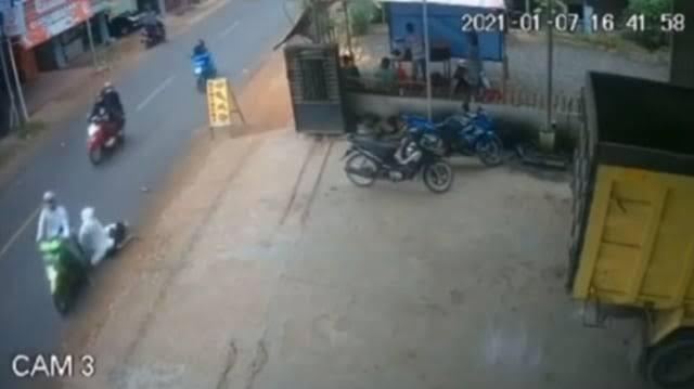 Duh Ngeri Gan!! Banyak Motor Tumbang, Terekam Dari CCTV Karena Apa Ya?