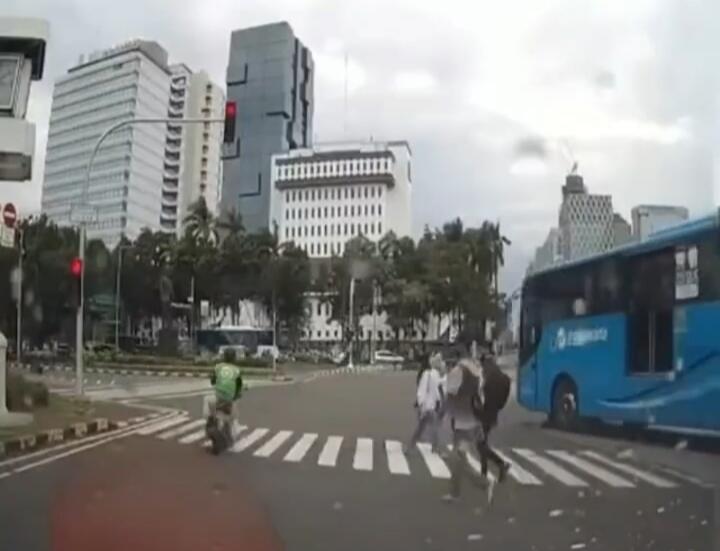 Akibat Menerobos Lampu Merah, Kang Ojol Terlindas Bus Trans Jakarta!