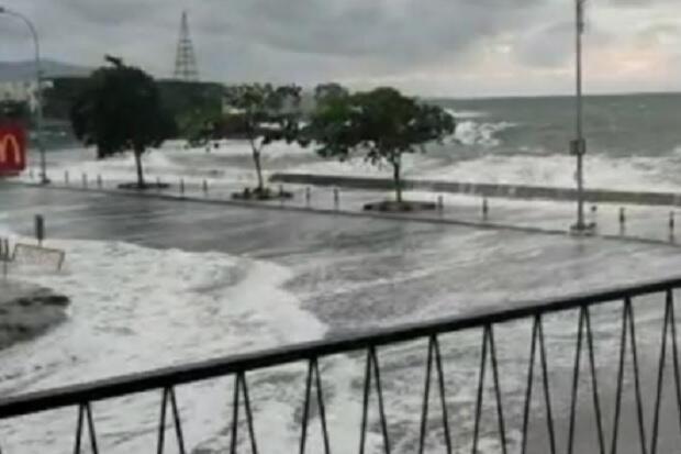 Selama 13 Tahun Baru Kali Ini Terjangan Gelombang Laut Masuk Lobby Mal Mantos