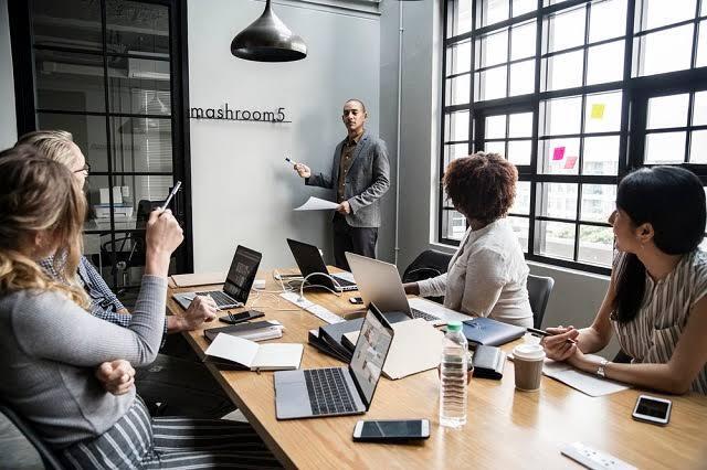Kenapa Banyak Orang Bermuka Dua dan Penjilat di Tempat Kerja?