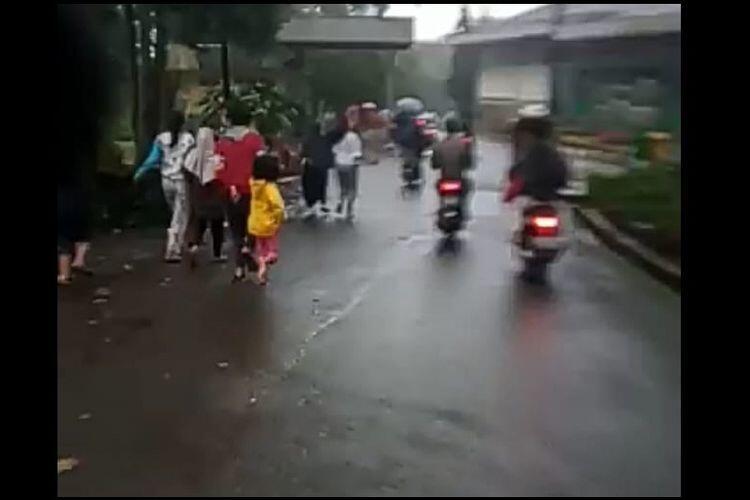 Viral Video Banjir Bandang di Puncak Bogor, Warga Panik Berlarian Menyelamatkan Diri