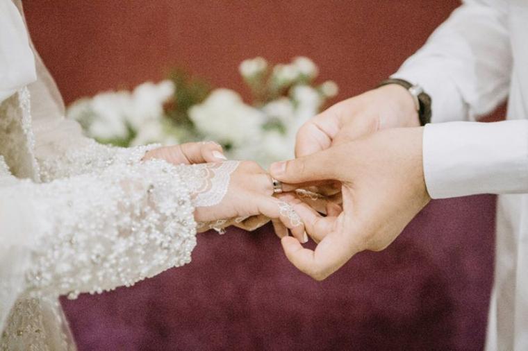 Wanita Cantik Ini Peluk Mantan Saat Pesta Pernikahan,Begini Reaksi Mempelai Laki-laki