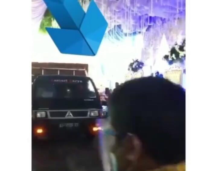 Nggak Beretika, Mobil Pick Up Pengangkut Ayam Tiba-tiba Lewat di Depan Pelaminan!