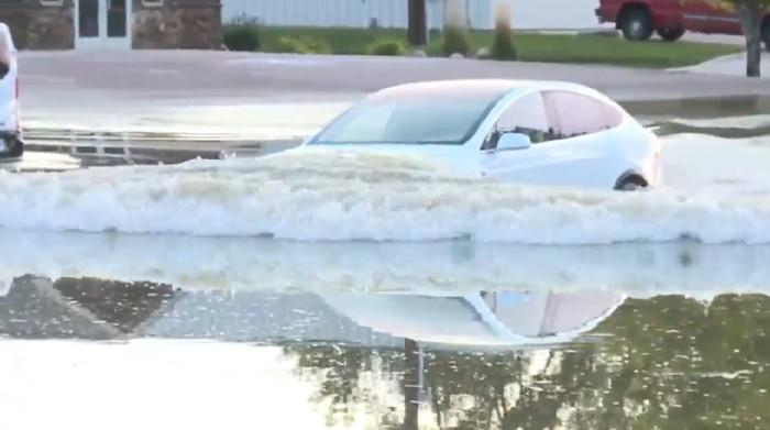 Lagi Musim Banjir, Pake Mobil Listrik Aman Gak ya?