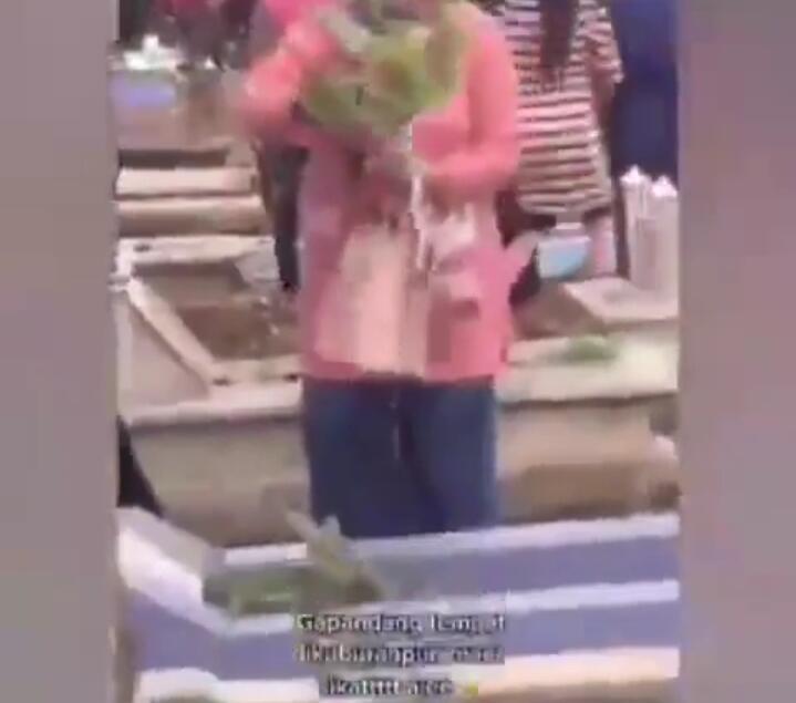Viral Sekelompok Emak-emak Curi Bunga Keladi di Kuburan! Hobi tapi Kok Gitu?