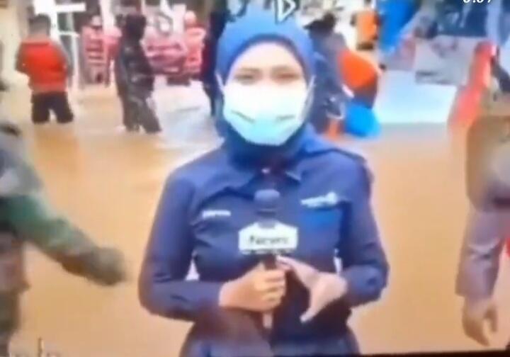 Liputan di Tengah Banjir Jakarta, Reporter Wanita Ini Jatuh Tersenggol Perahu Karet!
