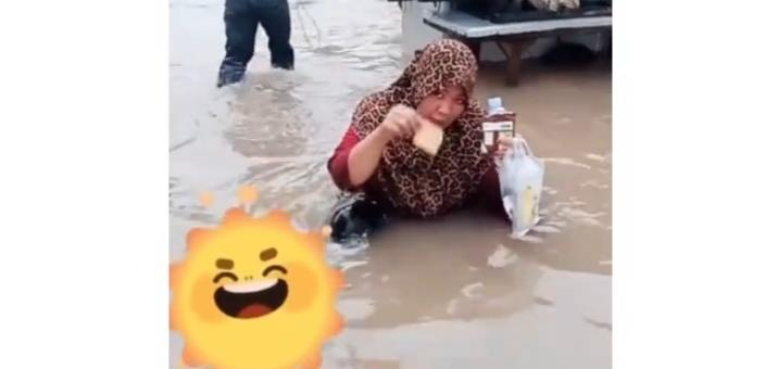 Aksi Emak-emak Makan Roti Dicelup Air Banjir Bikin Netizen Bingung! Emang Gak Bahaya?