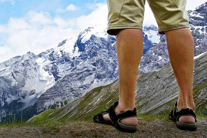 Naik Gunung Pakai Sepatu Apa Sendal?