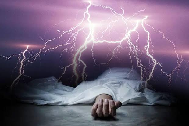 Asyik Main HP Saat Hujan Petir, Pria Ini Tewas Di Tempat Nongkrong