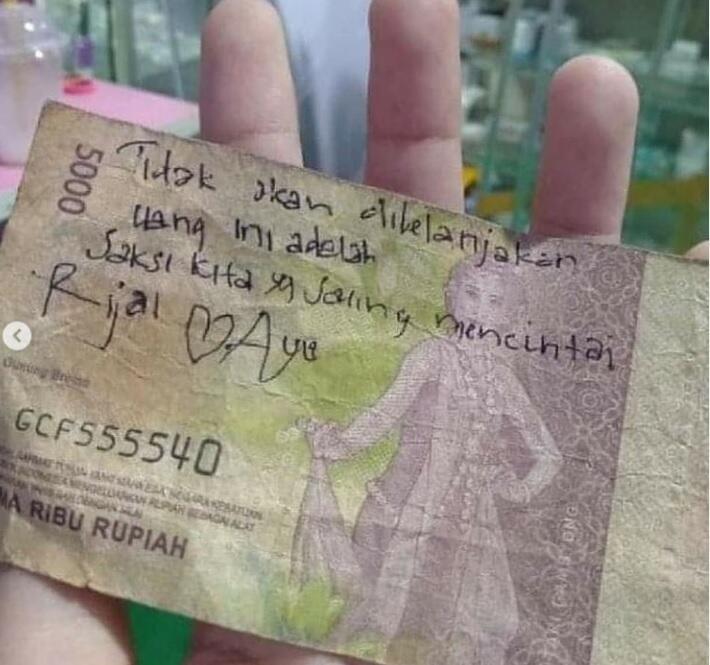 Pernah Nulis Pesan Cinta di Uang Kertas? Fix Kalian Bucin Tingkat Dewa!