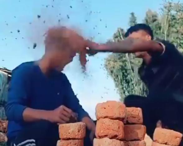 Heboh Video Adu Suit! Pukul Kepala Dengan Batu Bata, Gak Takut Bocor Kepala Gan?