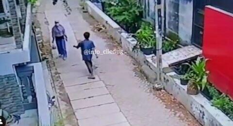 Seorang Pria Tonjok Wanita saat Jalan Keluar Rumah, Perilaku Sadis & Meresahkan