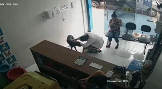 Anjing Liar Terluka Datang Ke Klinik Hewan, Respon Dokter Melayani Tulus Patut Ditiru