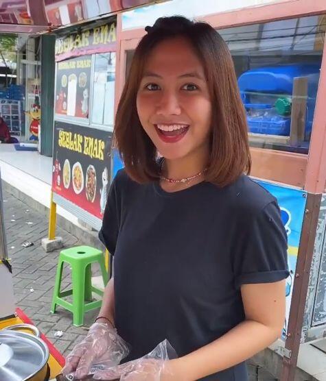 Dua Mantan Pramugari Cantik Kini Jualan Lontong Sayur di Pinggir Jalan