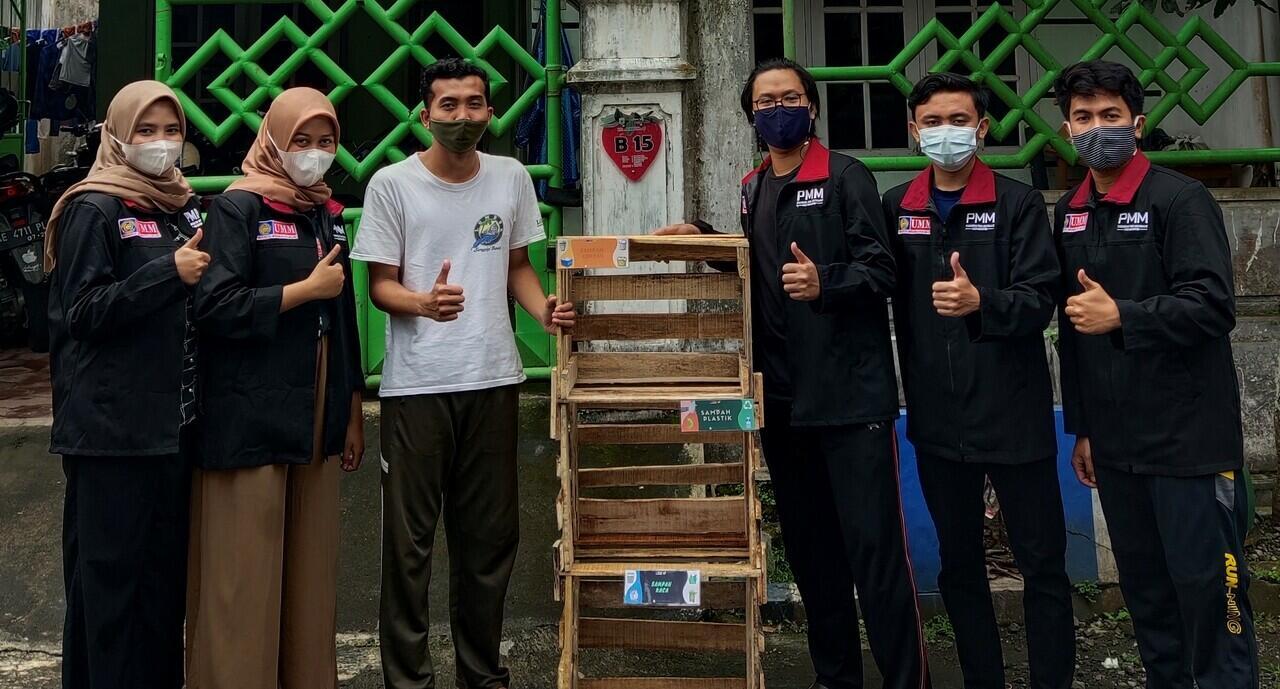 Mahasiswa PMM UMM Membuat Storage Penyimpanan Sampah di Kelurahan Dadaprejo