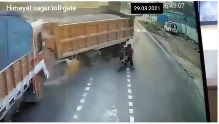 Dua Truk Bertabrakan Adu Banteng, Gara-Gara Tingkah Pemotor Ceroboh. Cek Video Gan !