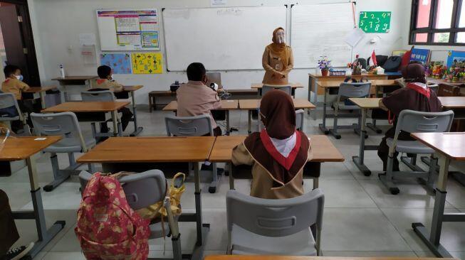 Jutaan Warga Belum Divaksin, DPR Sebut Tindakan Anies Buka Sekolah Berisiko
