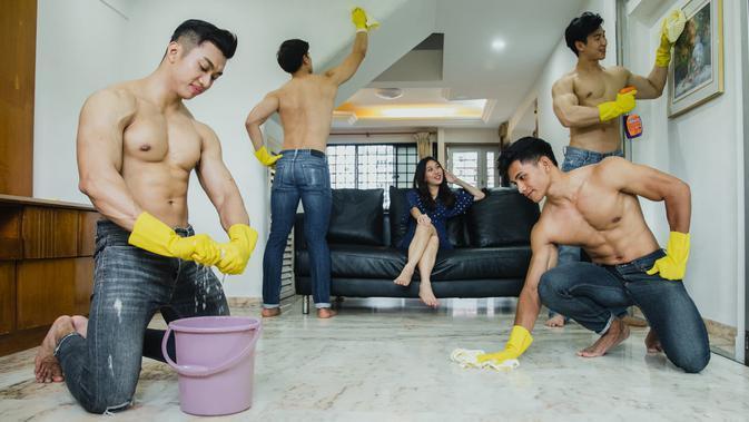 Layananan Bersih Rumah Oleh Wanita Sudah Biasa, Tapi Kalau Laki-Laki Gagah Kamu Mau?