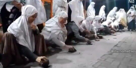 Viral Video Para Santriwati Ramai-Ramai Hancurkan HP Pakai Batu, Aksinya jadi Sorotan