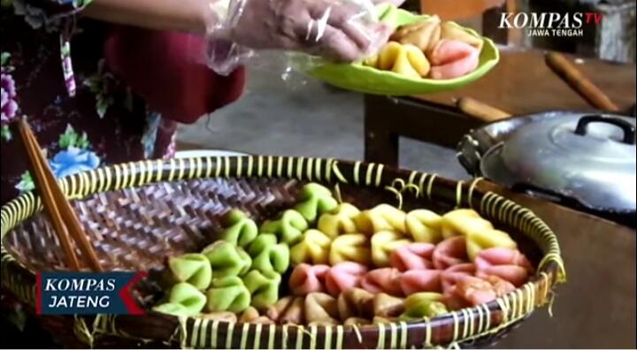 Ingin Mencicipi & Melihat Proses Pembuatan Kue Adrem? Ternyata Unik, Buruan Ke Sini!