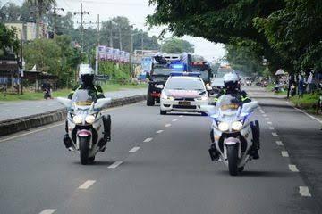 Edan!! Bawa Uang 2,1 Milliar Tak Pakai Pengawalan Polisi, Hanya Ditutup Terpal