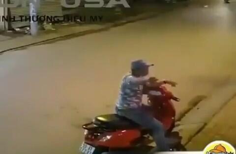 Lagi Asyik Duduk Pria Ini Ditabrak Motor Dari Belakang, Kondisi Korban Bikin Lucu