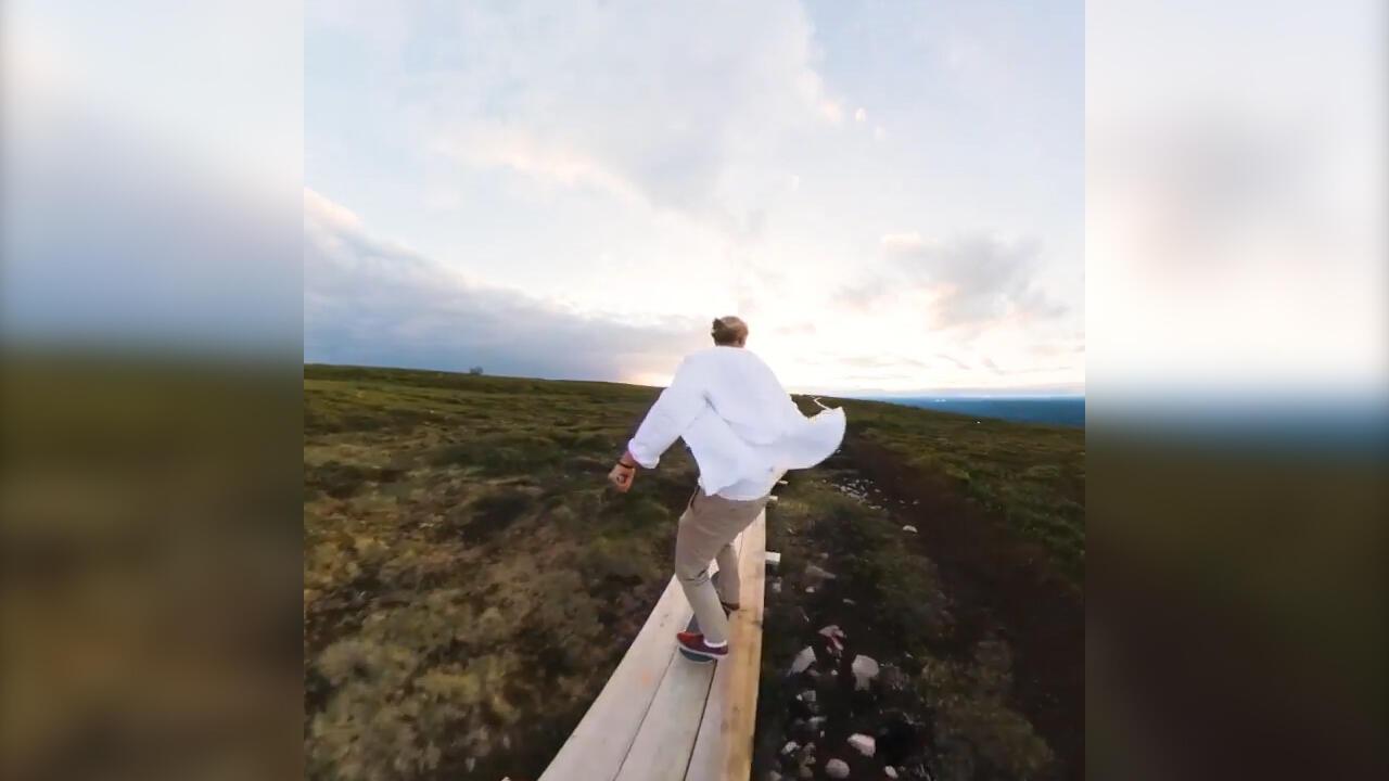 Tren Meluncur Di Tempat Memukau: Main Skate Board Sambil Mengejar Matahari