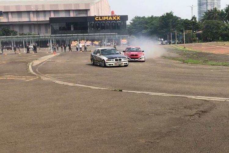 Bikin Melongo! Aksi Ngepot Pemotor Menghindari Truk Di Jalan Raya. Skill Dewa Gan!