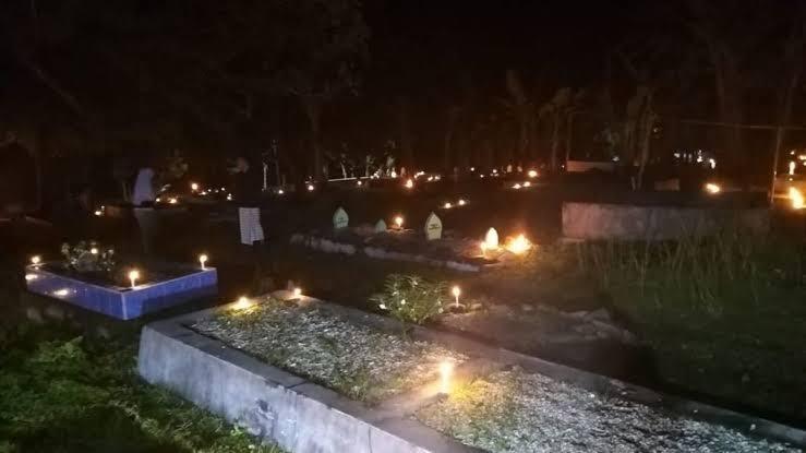 Tradisi Unik Masyarakat Maluku, Menyalakan Damar di Kuburan Pada Malam 27 Ramadhan
