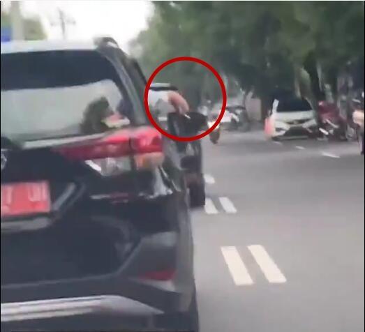 Merokok Sambil Nyetir, Pengemudi Mobil Ber-plat Merah Ini Bikin Geram Netizen!