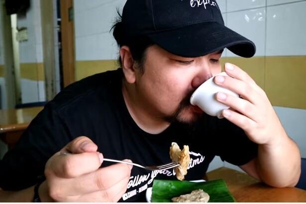Makan Pempek Sampai Merem Melek, Vlogger Mencontohkan Cara Makan Pempek yang Benar
