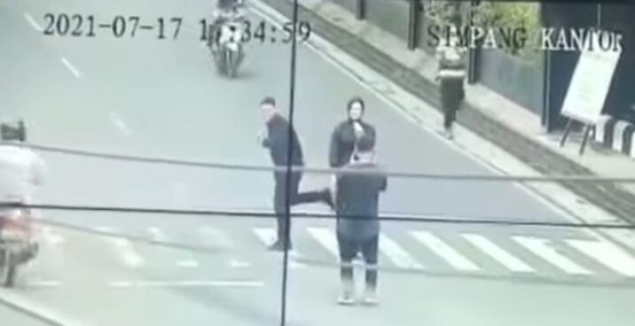 Beredar Video Sepasang Kekasih Prewedding di Tengah Jalan, Ketahui Ini Dia Bahayanya!