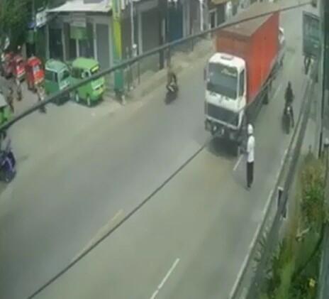 Akibat Belok Sembarangan, Pengendara Motor Nyaris Tergilas Truk Tronton!
