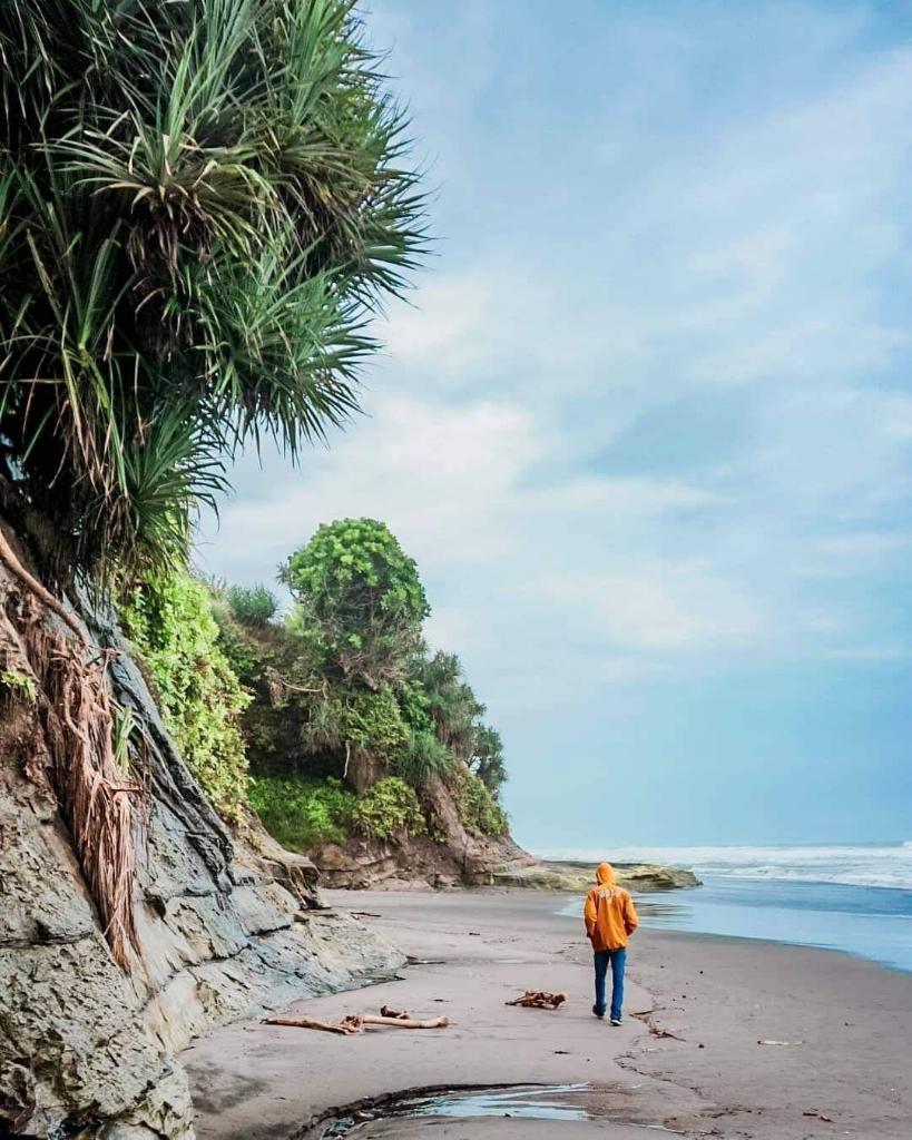 Pantai Dengan Hamparan Bukit dan Air Terjun Nan Eksotis, Hanya Ada Di Cianjur Nih!