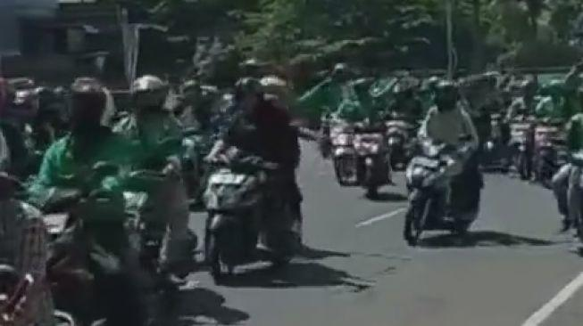 Viral Ribuan Ojol di Bandung Turun ke Jalan Tolak PPKM Darurat: Buka Woi Buka!