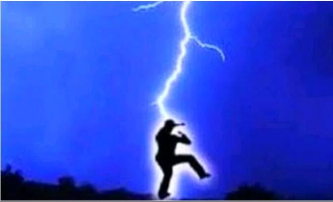 Asyik karaoke di Rumah Pas Hujan, Pria ini Disambar Gledek, Speaker nya Meledak