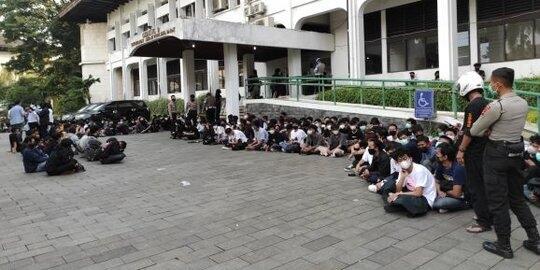 Nasi Bungkus Telat Dibagikan, Massa Aksi 'Jokowi End Game' Pingsan Kelaparan