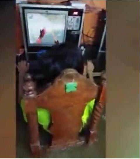 Tetap Santuy Para Bocah Ini Asyik Main Game Online Meski Sedang Banjir, Awas Kesetrum