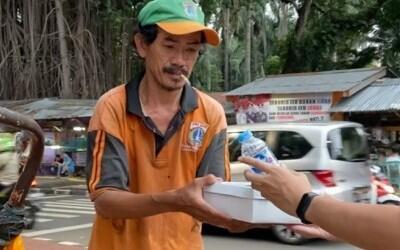 Pedagang Cilok Menangis Haru Dagangan Dibeli 300 Ribu, Ini Arti Bahagia Sesuai Porsi
