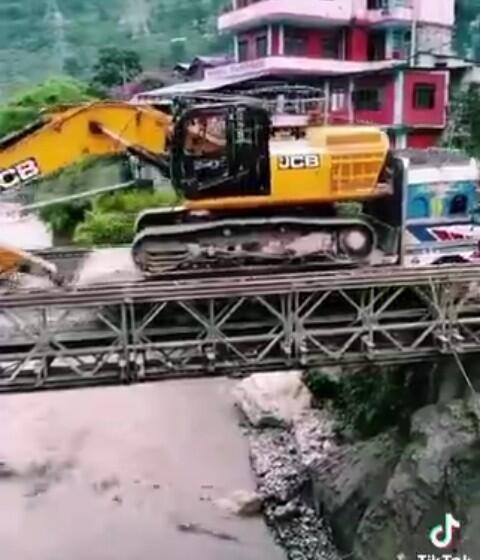 Truk Angkut Alat Berat Nekat Lewati Jembatan Gantung Tidak Layak Pakai