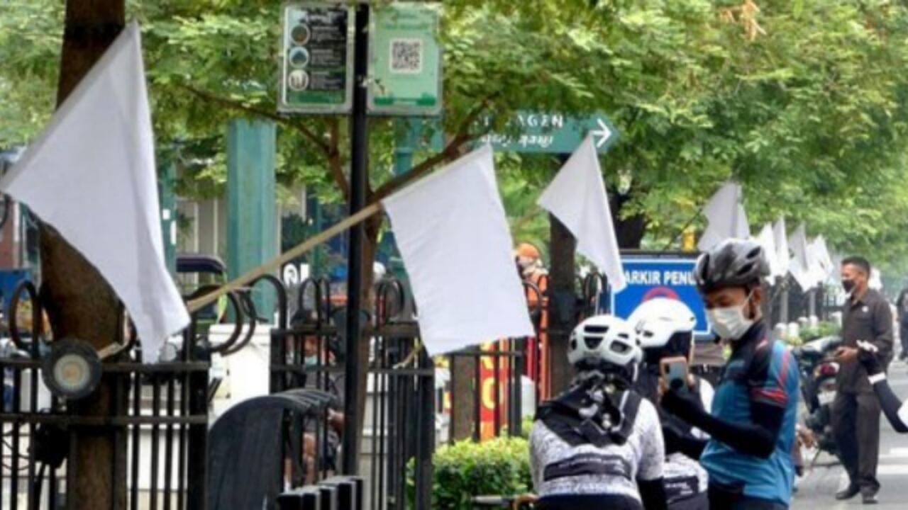 Menyerah Hadapi PPKM, Pedagang di Malioboro Kibarkan Bendera Putih