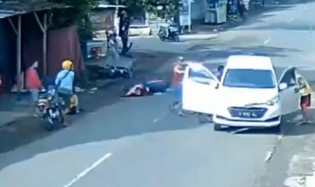 Ngeri, Kecelakaan Mobil Tabrak Motor, Motornya Jatuh Tabrak Motor!