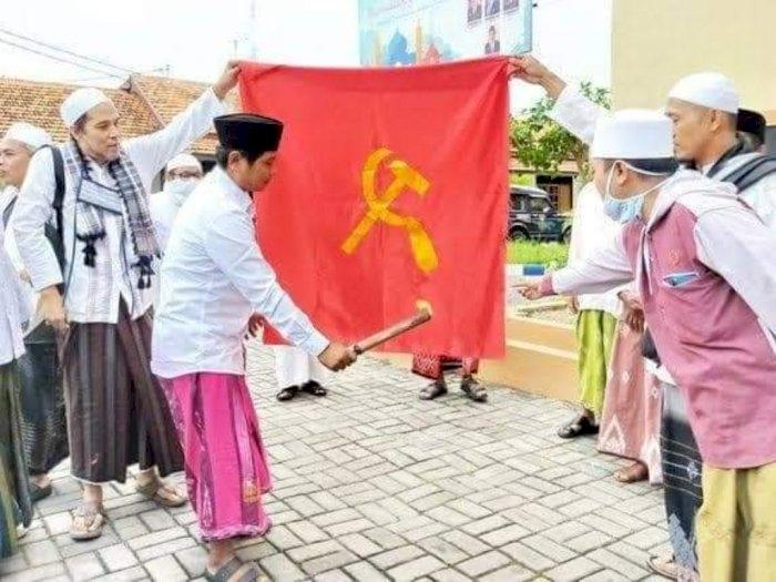 Viral Kelompok Berpeci Bakar Bendera PKI Sambil Teriak, Padahal PKI Sudah Bubar