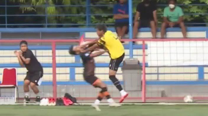 Insiden-Insiden Tendangan Kungfu di Dalam Sepak Bola yang Mengerikan