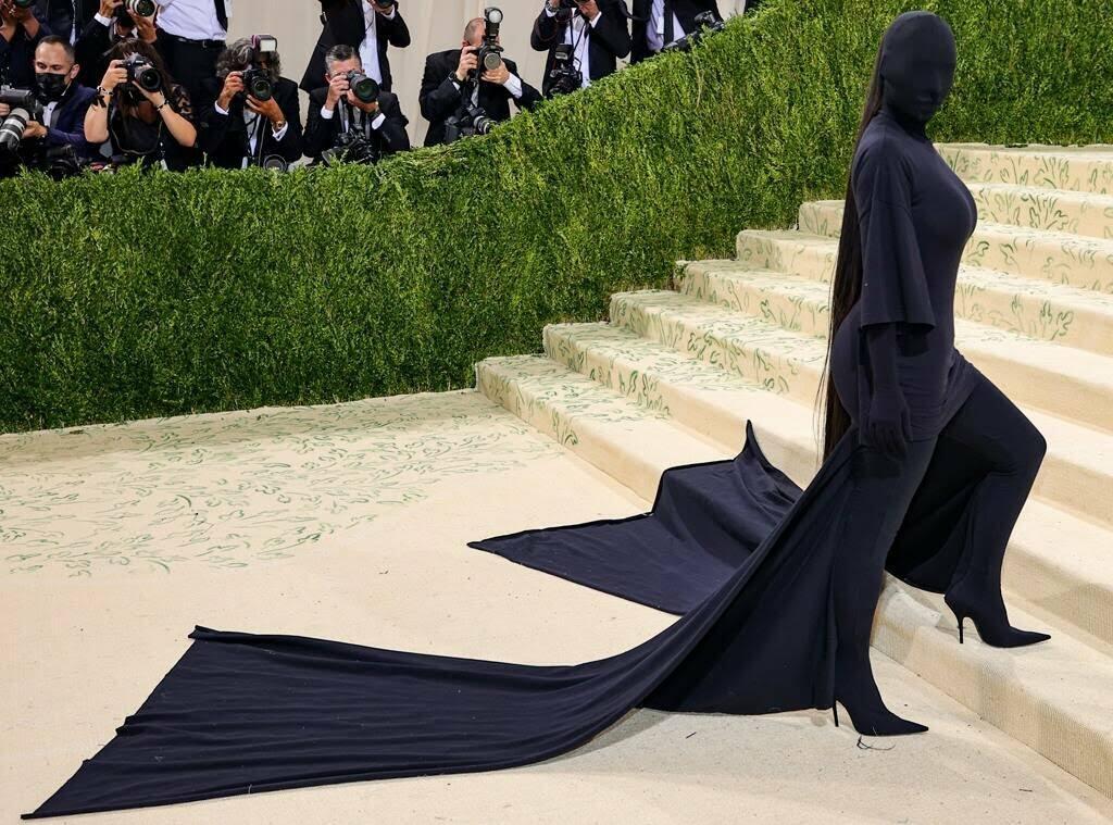 Kim Kardashian di Met Gala 2021: Balenciaga vs Dementor