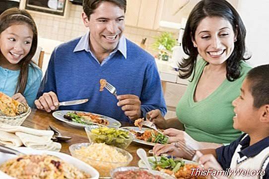Beberapa Posisi Duduk ketika Makan! Agan dan Sista, Pilih yang Mana?